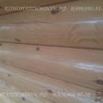 Покраска стены внутри деревянного дома