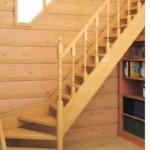 Деревянная лестница с поворотными ступенями вдоль стены
