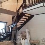 Лестница в гостинной вдоль стены