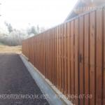 Забор штакетник с калиткой из широкой доски
