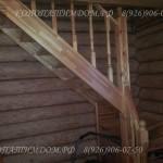 Лестница в деревянном доме из лиственницы заход справа