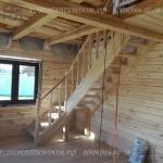 Лестница в деревянном доме из лиственницы заход слева
