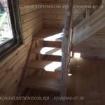 Лестница в деревянном доме из лиственницы заход слева первый марш