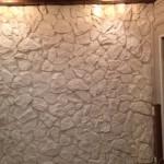 Натуральный камень на стене в доме